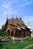 Templo em Tailândia do norte no céu azul Fotografia de Stock Royalty Free