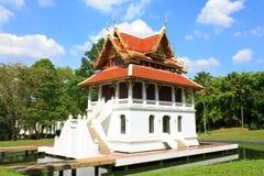 Templo em Tailândia no fundo da textura do céu azul. Imagem de Stock Royalty Free