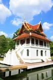 Templo em Tailândia no fundo da textura do céu azul. Foto de Stock