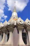 Templo em Tailândia no fundo da textura do céu azul. Foto de Stock Royalty Free