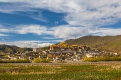 Templo em tibet no céu azul Fotos de Stock