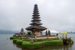 Templo em um lago de bali foto de stock royalty free