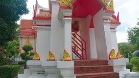 Templo en Asia, una capilla religiosa del budismo, un complejo de Buda del templo almacen de metraje de vídeo