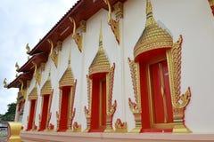 Templo en Chanthaburi, Tailandia, un edificio dedicado a la adoración, o mirado como el lugar de vivienda, u otros objetos del re Foto de archivo