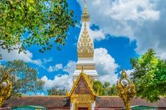 Templo en el cielo azul imagenes de archivo