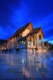 Templo en el crepúsculo, Bangkok, Tailandia de Suthat Foto de archivo