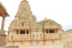 Templo en el fuerte y los argumentos masivos Rajasthán la India de Chittorgarh fotografía de archivo