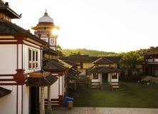 Templo en Goa, la India y el throuth hermoso de la puesta del sol el tejado fotografía de archivo libre de regalías