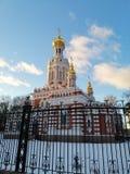 Templo en invierno detrás de la cerca fotos de archivo libres de regalías