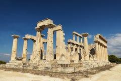 Templo en la isla de Aegina en Grecia en fondo del cielo azul Fotografía de archivo