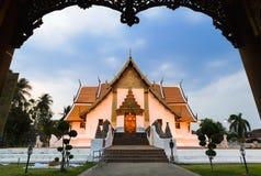 Templo en la montaña de Khao Takeab en Tailandia Imagenes de archivo