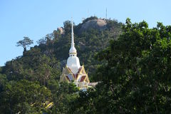 Templo en la montaña del mono cerca del hin de Hua Fotos de archivo