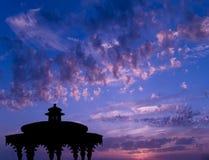 Templo en la puesta del sol imagen de archivo