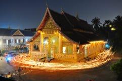 Templo en lao alrededor con la luz de la vela Foto de archivo libre de regalías
