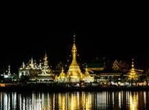 Templo en noche Imagenes de archivo