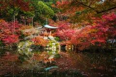 Templo en árboles de arce, estación del momiji, Kyoto, Japón de Daigoji Imagen de archivo libre de regalías