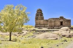 Templo en ruinas debajo de un cielo azul en Hampi fotos de archivo libres de regalías