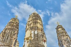 templo en Tailandia, pagoda blanca vieja con el cielo azul y pared de ladrillo vieja Foto de archivo