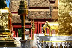 Templo en Tailandia que identidad del país, del templo del oro y de la pagoda en el templo que el buddhism quisiera que rogara al Fotos de archivo libres de regalías