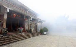 Templo famoso del lingjiuyansi en niebla con humo, imagen de archivo