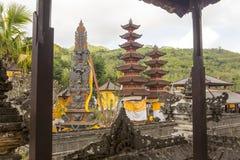 Templo festivamente adornado durante la ceremonia hindú Nusa Penida-Bali, Indonesia Foto de archivo