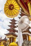 Templo festivamente adornado durante la ceremonia hindú Nusa Penida-Bali, Indonesia imagenes de archivo