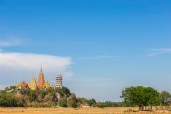 Templo grande de Buda, Wat Tham Suea, en la montaña Kanchanaburi Thail Fotos de archivo