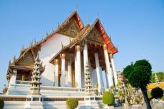 Templo grande em Wat Suthat, Banguecoque Tailândia Fotos de Stock