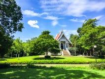 Templo hermoso, árboles grandes verdes y cielo azul en Tailandia Fotos de archivo libres de regalías