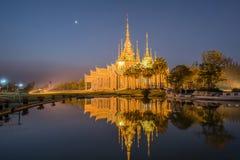 Templo hermoso con la reflexión en Tailandia Imagen de archivo
