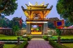 Templo hermoso de la UNESCO de la literatura en la noche, Hanoi, Vietnam imagenes de archivo