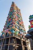 Templo hindú con la decoración colorida que vio de debajo en el área de Siddhesvara Dhaam en Namchi Sikkim, la India Fotografía de archivo libre de regalías