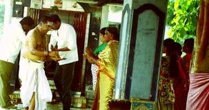Templo hindú, devotos hindúes gente turística almacen de video