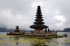 Templo hindú en el lago Beratan Fotografía de archivo