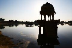 Templo hindú en el lago en la madrugada, Jaisalmer Fotos de archivo libres de regalías
