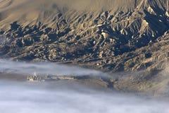 Templo hindú en la niebla, Indonesia fotos de archivo
