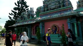 Templo hindú en Malasia, devotos hindúes gente turística almacen de video