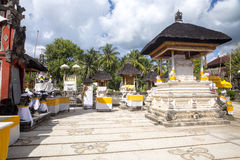Templo hindú festivamente adornado Pura Ped, en Nusa Penida-Bali, Indon foto de archivo