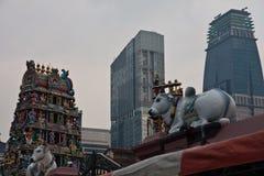 Templo hindú y rascacielos en Singapur Fotografía de archivo libre de regalías