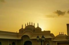 Templo hindu backlit pelo sol de ajuste no céu nebuloso Foto de Stock Royalty Free
