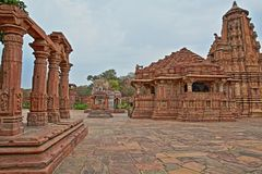 Templo hindu em Menal, Rajasthan, Índia, com carvings no primeiro plano Menal é ficado situado 54 quilômetros de Chittorgarh Imagem de Stock Royalty Free