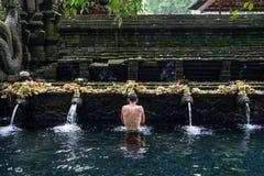 Templo hindu santamente de Tirta Empul da água de mola em Bali, Indonésia fotos de stock royalty free