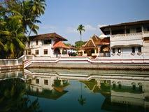 Templo indiano perto de uma lagoa Imagens de Stock