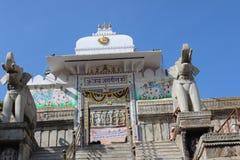 Templo indio con cálida bienvenida por la estatua del elefante fotos de archivo libres de regalías