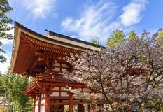 Templo japonés con el flor Imagen de archivo