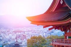 Templo japonés de Taisan-ji con el paisaje urbano de Kyoto fotografía de archivo libre de regalías