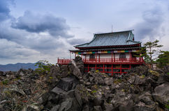Templo japonés en una montaña rocosa Imagenes de archivo