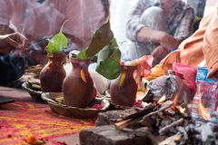 Templo Kathmandu de Puja Hinduism Bramin Golden imagem de stock royalty free