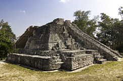 Templo maia de Chacchoben perto do Maya México da costela fotografia de stock