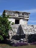 Templo maya con las flores en Tulum, México Foto de archivo libre de regalías